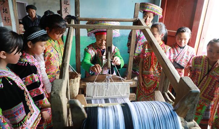 貴州黔西:民間織布技藝進校園