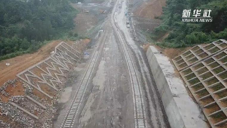新華微視∣貴州首條自建自營鐵路鋪軌完成
