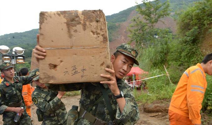救援人員在運送救援物資