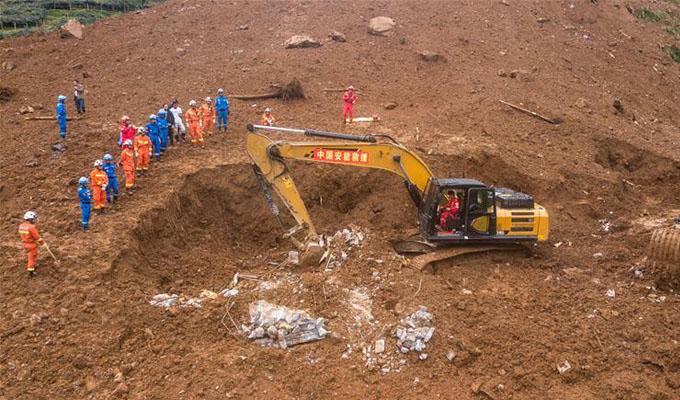 救援人員在山體滑坡現場開展救援