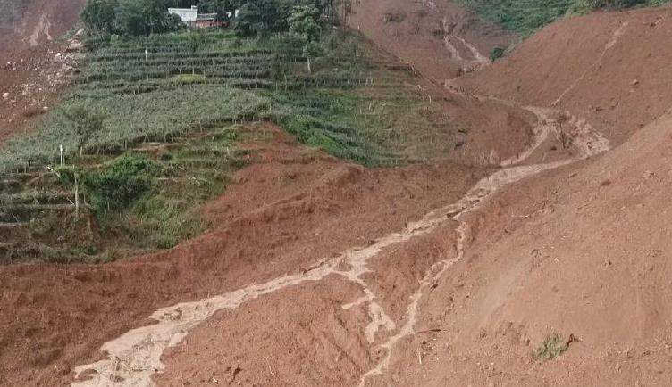 新華微視∣航拍貴州水城縣山體滑坡現場 搜救正在進行