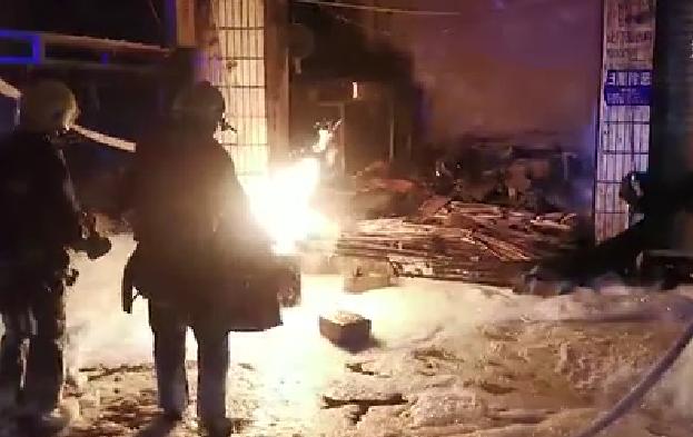 新華微視∣貴州德江:消防員火中搶出著火煤氣瓶