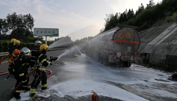 貴州江口:轎車追尾致槽罐車泄漏 部門聯動迅速排險