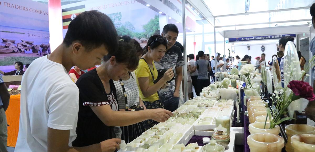 第三屆貴州(安順)國際石材博覽會上觀眾了解玉器