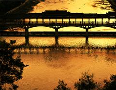 夕陽映紅風雨橋
