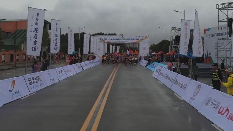 盡情奔跑!5000余名跑者角逐清鎮半程馬拉松