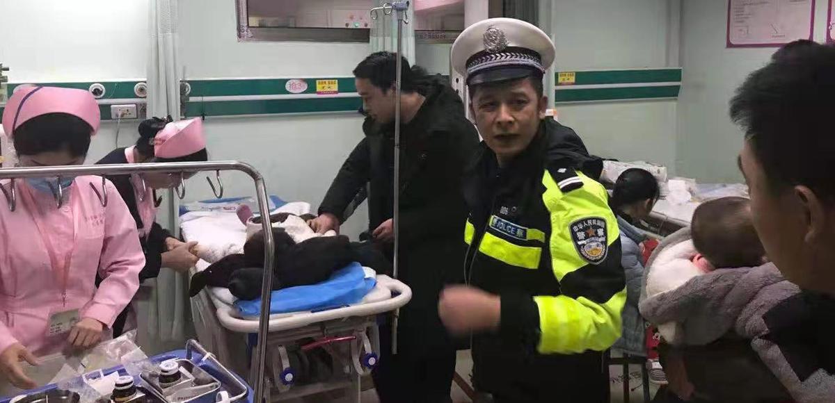 兩歲兒童誤吞螺絲釘 雙龍交警一路開道全程陪同