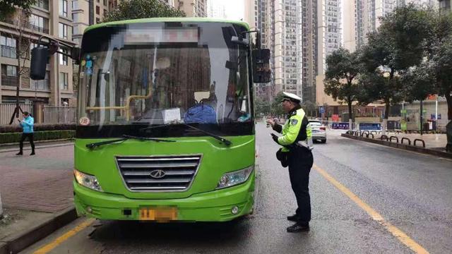 貴陽交管局經開分局對客運車輛進行檢查登記