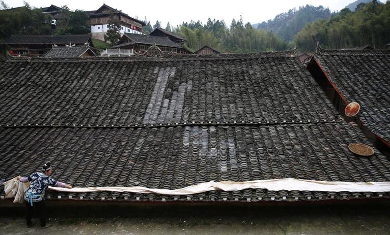 貴州丹寨:在家中趕制訂單