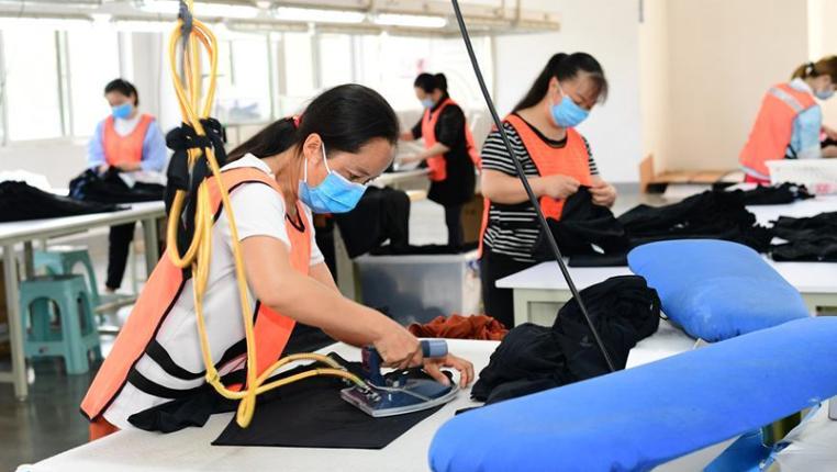 貴州黔西:扶貧基地趕制訂單助農增收