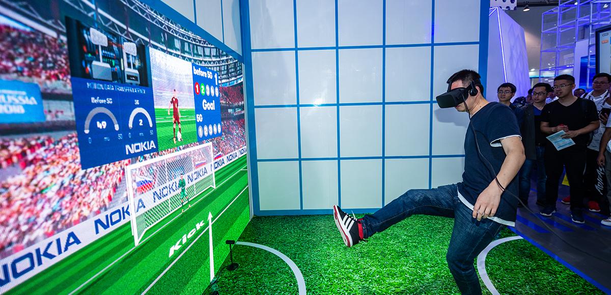 2019數博會參觀者在數博會展館內體驗射門遊戲
