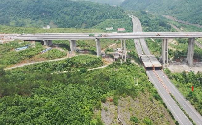 貴州沙坡大橋橋面鋪裝完工