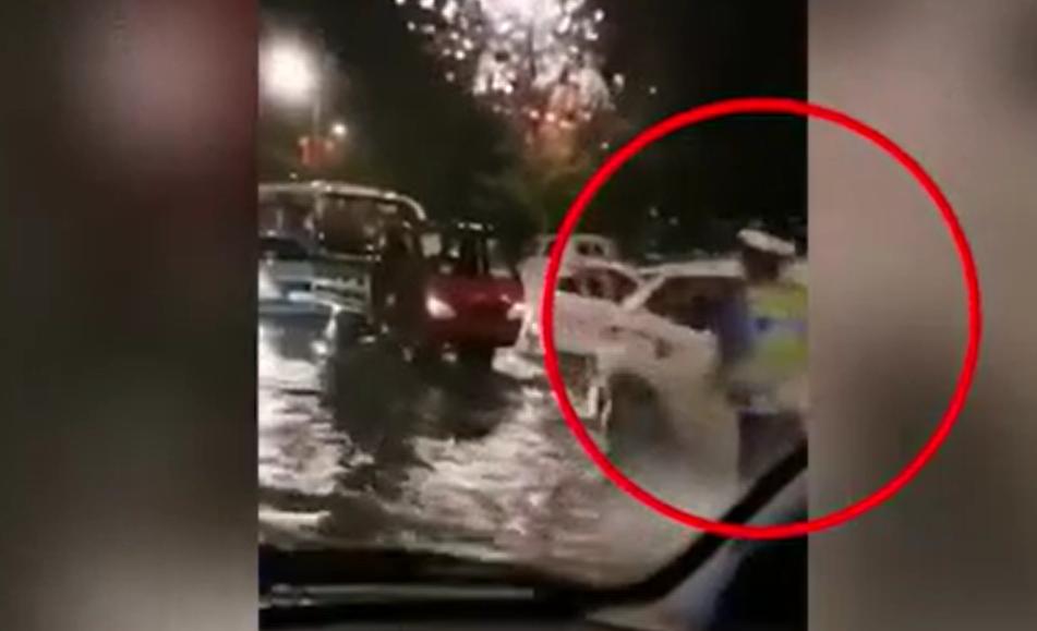 你奔跑的樣子真帥!交警在暴雨積水中奔跑為救護車開道