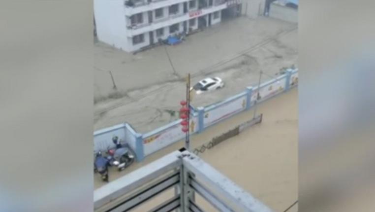 民安為重!暴雨洶涌,他們堅守一線力保道路安全