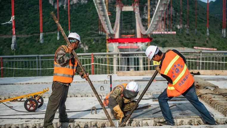 峰林特大橋建設忙