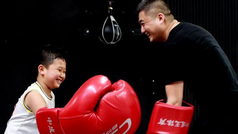 快樂的拳擊父子