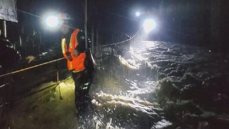 貴州六枝遭遇特大暴雨 消防7小時救出被困群眾56人