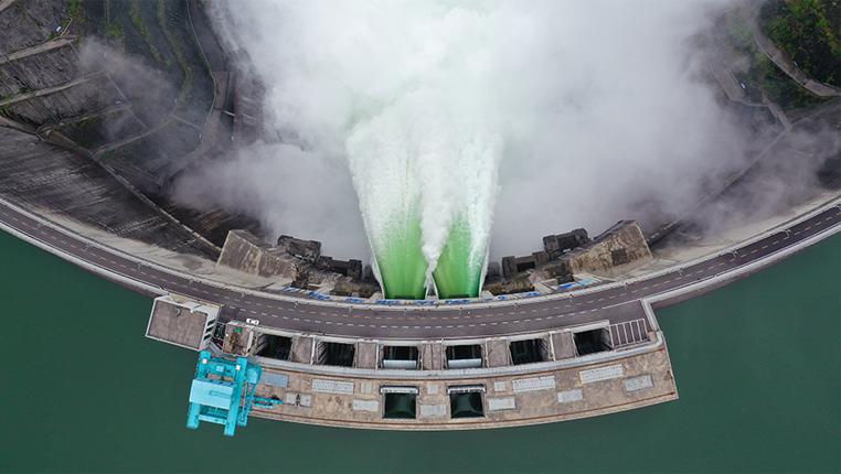 烏江流域最大水電站——構皮灘水電站首次秋汛開閘泄洪
