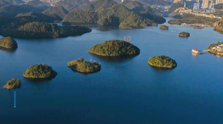 新華微視∣初冬阿哈湖景如畫