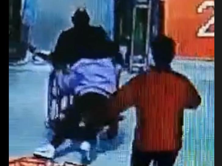老人坐輪椅從扶梯滑落 她們飛奔上前用身體擋住