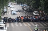 謝謝你!高考結束後,TA們當街站成一排,深深鞠下這一躬……