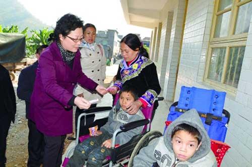 杜丹到納王村看望慰問患病兒童